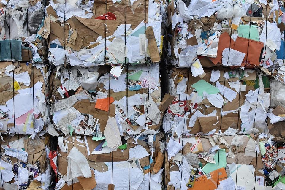 Nel 2020 cala produzione dei rifiuti, ma non la differenziata di carta e cartone